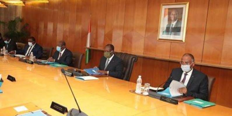 Le Chef de l'État, Alassane Ouattara entouré des membres du gouvernement. (DR)