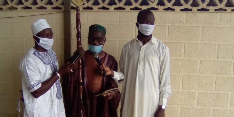 L'Imam Allamory Cissé au milieu. (Franck YEO)