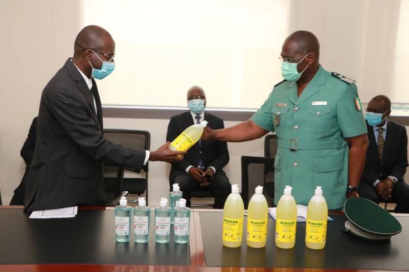 Le directeur général d'Enval, Bakary Coulibaly (à gauche), remettant symboliquement le don au colonel Martial Mé Kouamé, directeur de cabinet adjoint du ministère. (Dr)