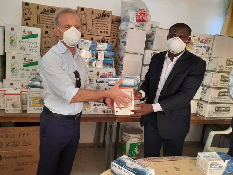 Adham el-Khalil, au nom de la Fondation Moustapha Ahmed Khalil, a remis des produits hygiéniques au président de l'Association des internes des hôpitaux. (DR)