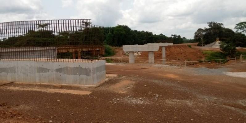 Une vue du nouveau pont en construction sur le fleuve Cavally et l'ancien pont à l'arrière plan. (DR)