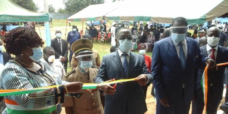 L'Inspecteur général d'État, Ahoua N'Doli (à l'extrême droite) et le ministre Aka Aouélé (à sa droite) ont coupé le ruban, à la satisfaction du maire Badou Harlette (à l'extrême gauche). (DR)