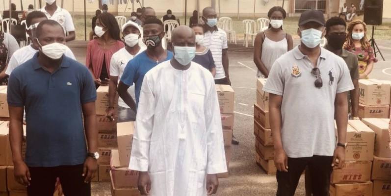 Le ministre Touré Mamadou (à l'extrême droite), Pr Adama Diawara et le secrétaire général de la Fesci, Allah Saint-Clair, lors de la remise du don au sein de la cité Mermoz de Cocody. (DR)