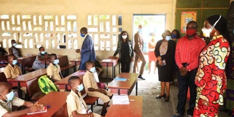 La ministre Kandia Camara dans une salle de classe à Cocody. (DR)