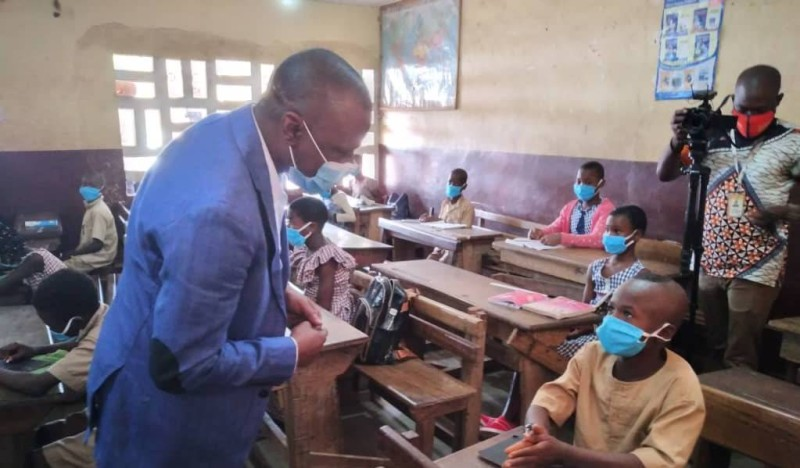 Le Ministre des Transports, Amadou Koné a fait un important don de kits sanitaires aux établissements scolaires de Bouaké