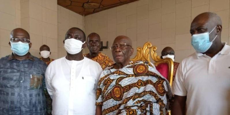 Le ministre Adom Roger en compagnie du roi de l'Indénié.(DR)