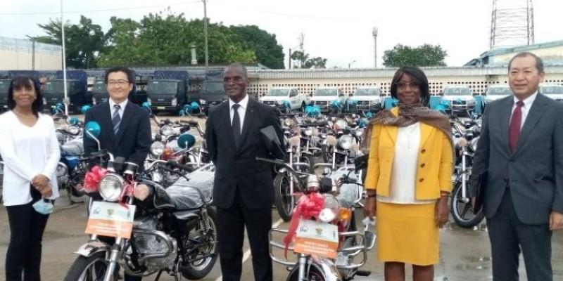 Le ministre Diomandé Vagondo et la Secrétaire d'Etat Aimée Zebeyoux (en jaune), réceptionnant le matériel roulant en présence des représentants des institutions donatrices. (DR)
