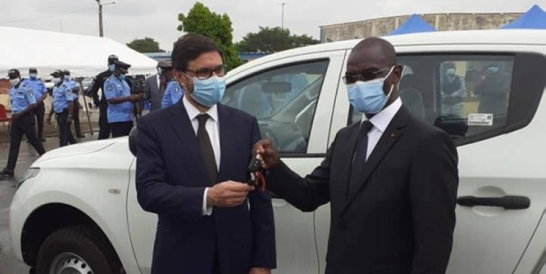 Le ministre Vagondo Diomandé (à droite) recevant les clés des véhicules. (DR)