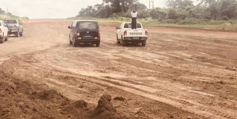 Le ministre Amédé Kouakou a interpellé les entreprises chargées de la réalisation de cette autoroute. (DR)   Légende 1 : Une vue de la section Tiebissou-Bouaké en plein chantier