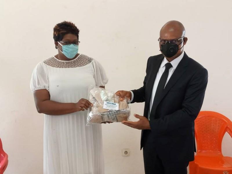 Le chef de circonscription de l'inspection de l'enseignement préscolaire et  primaire de Yopougon Ananeraie a symbolique remis des masques aux enseignants (DR)