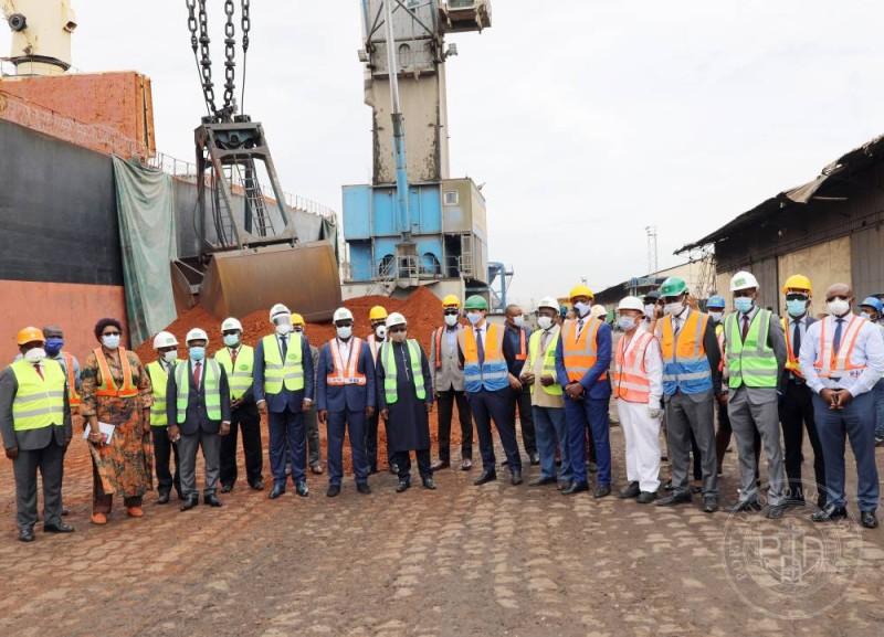 Légende : Le Dg du Paa(en chasuble orange) a promis tout son soutien au P-Dg l'entreprise Leb ( à sa droite)