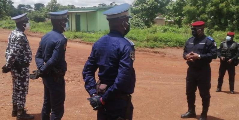 Le général de division Alexandre Apalo Touré s'entretenant avec ses hommes. (DR)