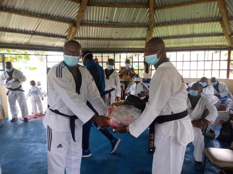 Me Souma (à gauche) a remis, au nom de la fédération, des kits sanitaires et des vivres dans le cadre de la lutte contre le coronavirus. (DR)