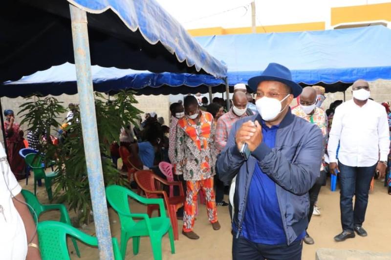 Le coordonnateur régional Rhdp à Port-Bouët, Siandou Fofana, en train de saluer les membres de la communauté agni d'Anani qui ont souhaité échanger avec lui directement. (DR)