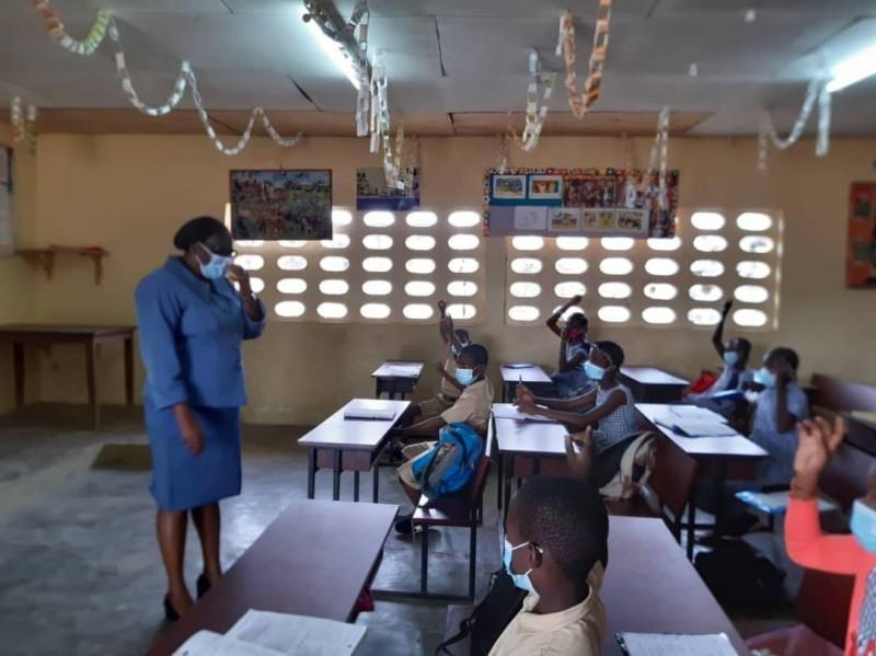 """Mme Beugré Niamien lance l'opération """"épervier"""" pour vérifier le respect des mesures barrières dans les écoles. (DR)"""