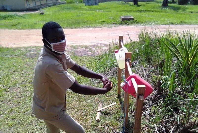 Le dispositif de lavage des mains inventé par les élèves de la classe de Terminale C à Tiebissou. (DR)