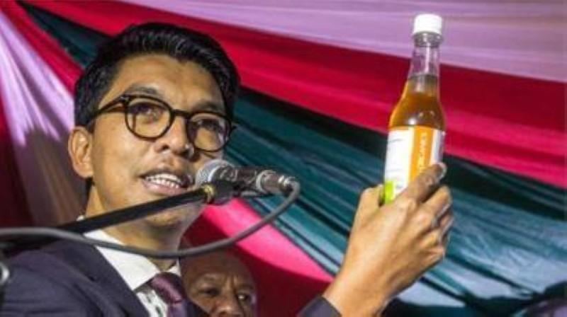 Le Président malgache présentant avec fierté le Covid-organics, remède contre le coronavirus. (DR)