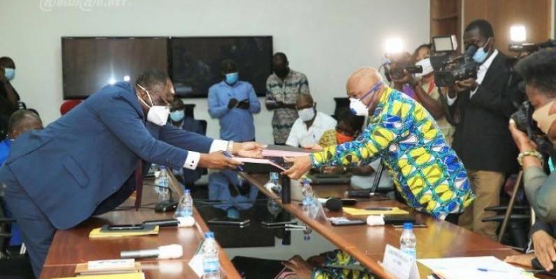 Échange de documents après la signature d'un accord cadre de collaboration pour préparer la présidentielle d'octobre. (Ph : Dr)