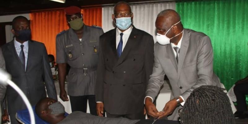 Le président du Conseil constitutionnel (2e à partir de la droite) assistant à la collecte de sang d'un agent de son institution. (DR)