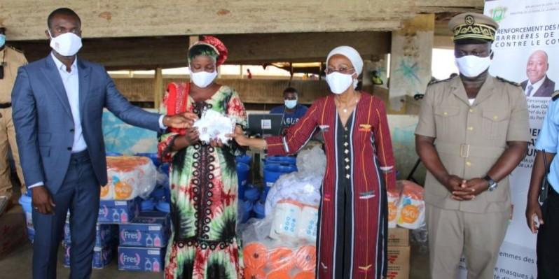 La ministre de la Femme, de la Famille et de l'Enfant, lors de la remise des dons aux commerçantes de Bingerville. (Dr)