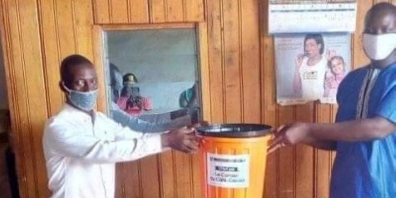 Remise symbolique du don aux délégués Fop.cc de Duékoué et Man. (DR)