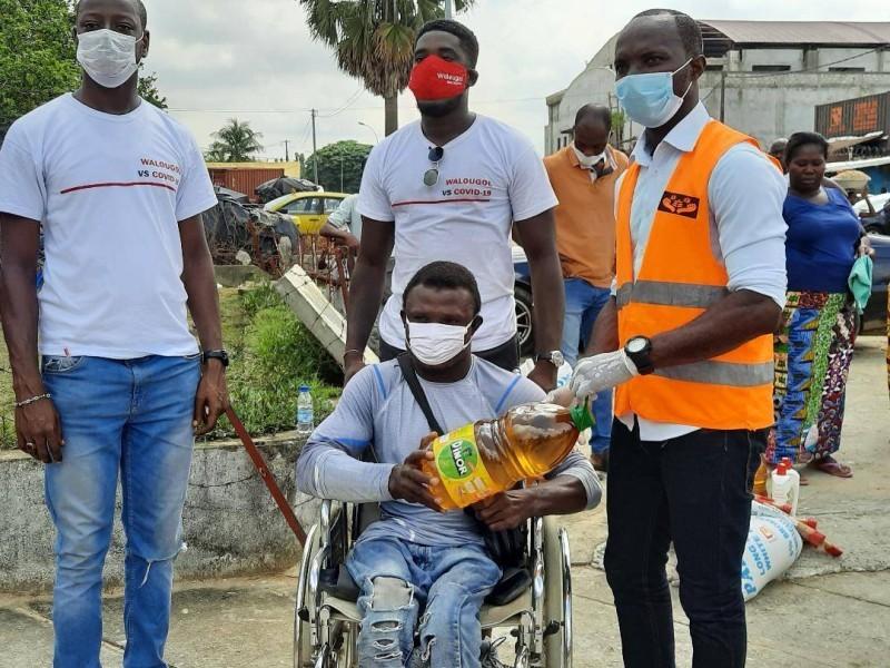 Remise symbolique d'un kit alimentaire à un handicapé, habitant du quartier Gobelet. (DR)