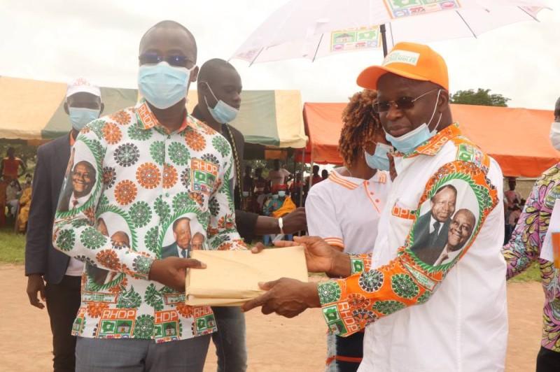 Le ministre Moussa Dosso a remis des milliers de timbres pour l'établissement d'actes de naissance. (DR)