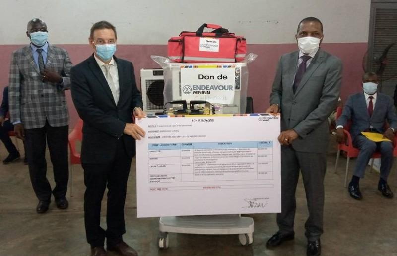 Le ministre Jean-Claude Kouassi a réceptionné les dons. (AIP)