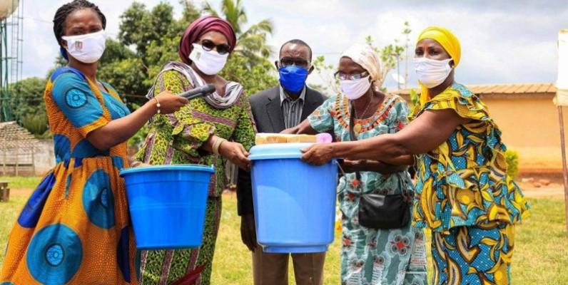 Des femmes ont réceptionné des kits sanitaires. (DR)