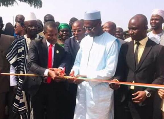 Le ministre Moussa Sanogo (en boubou blanc) a procédé à l'inauguration de l'hôpital général de Ouaninou réhabilité. (Dr)