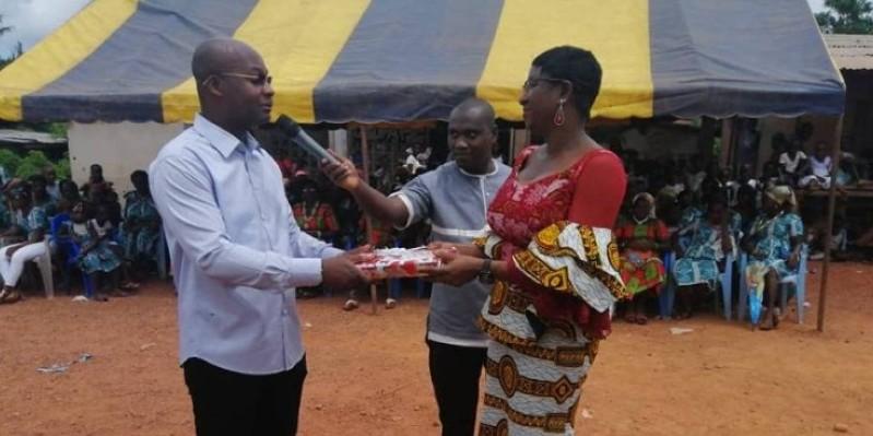 Le sous-préfet de Yakassé-Mé recevant son cadeau des mains du parrain Eric-Casimir Akaffou. (Dr)