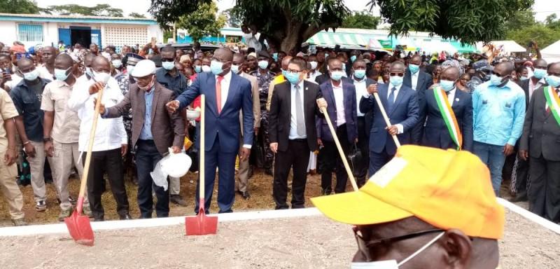 Plusieurs membres du gouvernement étaient présents à cette cérémonie de lancement officiel des travaux de bitumage. (Dr)