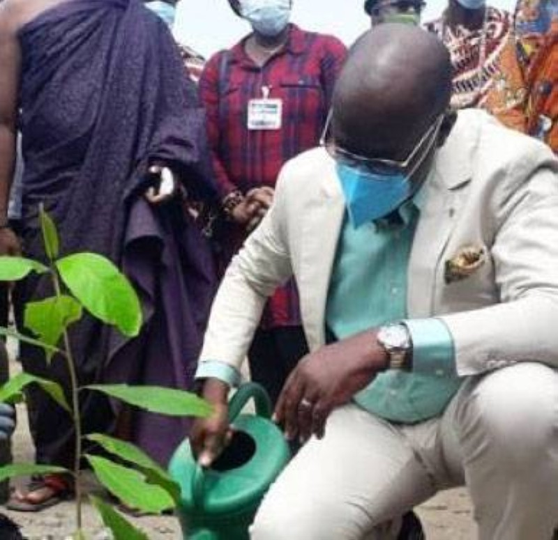 Le ministre Alain Richard Donwahi a donné le coup d'envoi de l'opération de planting d'arbres de l'Ojpci. (Dr)