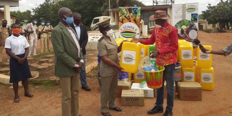 la Secrétaire générale de la préfecture d'Agboville a réceptionné le don.(DR)