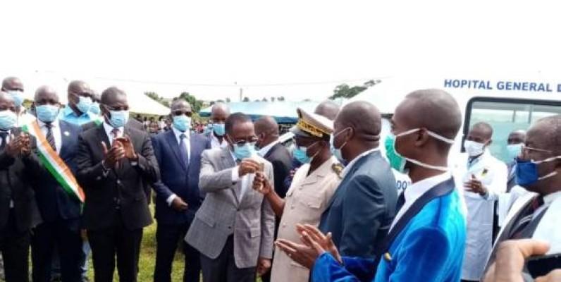Le ministre Aka Aouélé a procédé à la remise officielle des clés de l'engin aux autorités locales. (Dr)