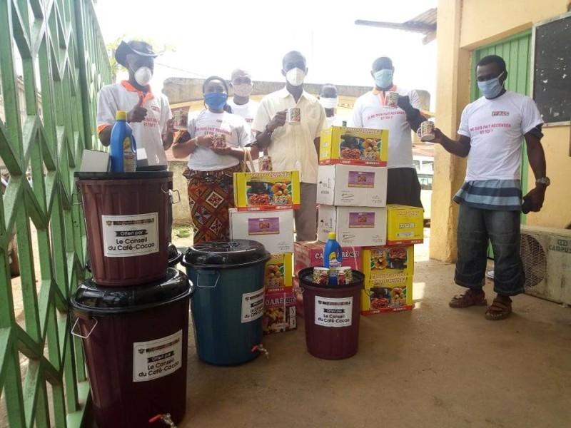 Les producteurs de café-cacao recoivent des kits  (DR)