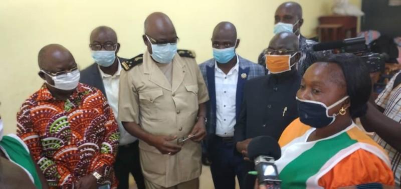 Le préfet Soro Kayaha Jérôme procédant au lancement de l'opération en présence des responsables de la Cei. (Dr)