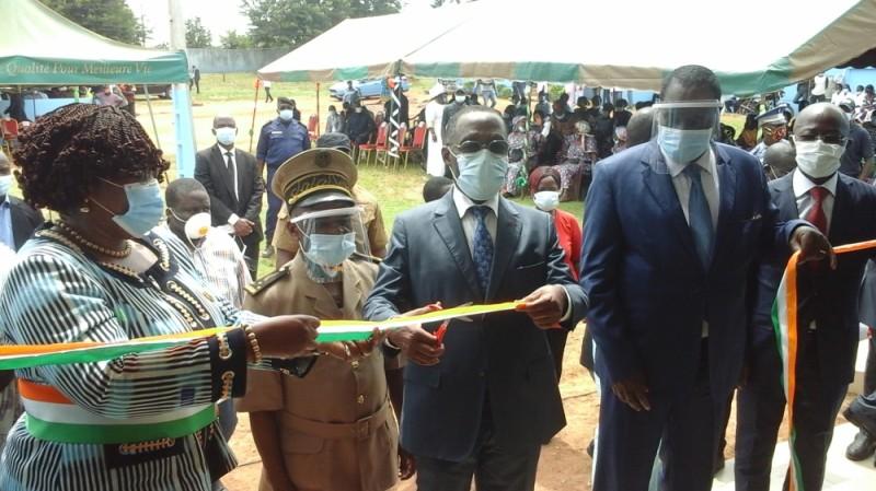 Le ministre de la Santé et de l'Hygiène publique coupe le ruban sous le regard de l'Inspecteur général d'Etat (à droite). (Dr)