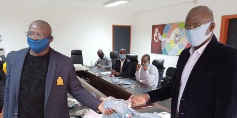 Ouattara Karim (à droite) s'est réjoui du don fait par l'artiste Christy B. (Dr)