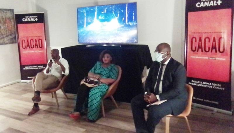De gauche à droite : Alex Ogou, le réalisateur, Yolande Bogui et Aziz Diallo, DG de Canal  lors de la conférence de presse de présentation de la série « cacao ». (Dr)