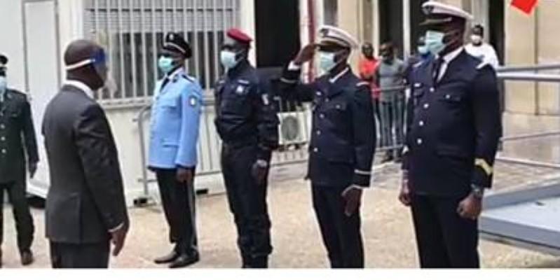 L'ambassadeur Maurice Bandaman, recevant les honneurs militaires, ce lundi à Paris. (Dr)