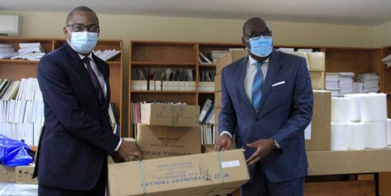 La remise symbolique du don au représentant du ministre en charge de la Santé. (Dr)