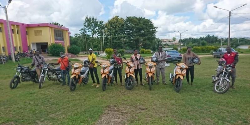 Samy Merhy a offert aux jeunes qu'il a recrutés pour la campagne d'enrôlement, des motos pour faciliter leur travail. (Dr)