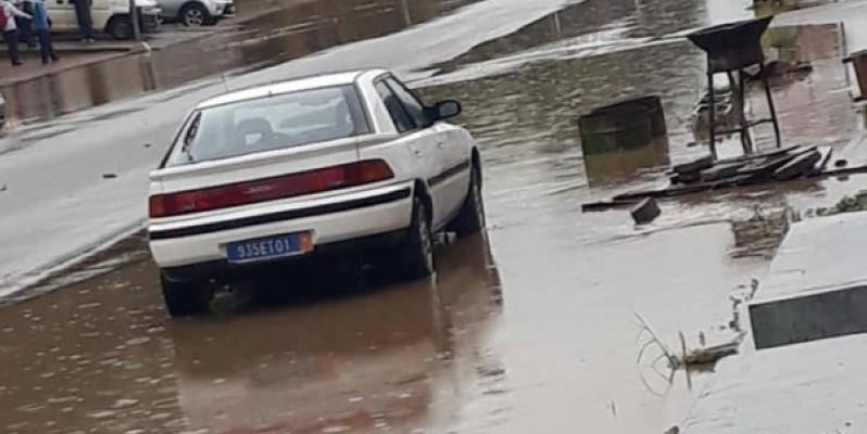 Un véhicule dans les eaux de pluie. (Dr)