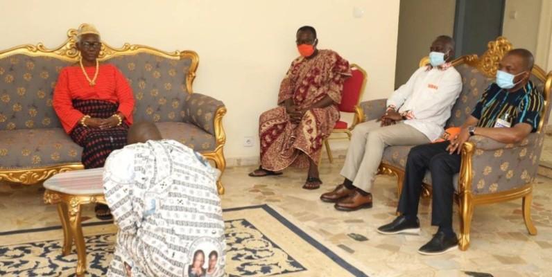 Adama Bictogo chez la Reine des Baoulé, à Sakassou. (Dr)