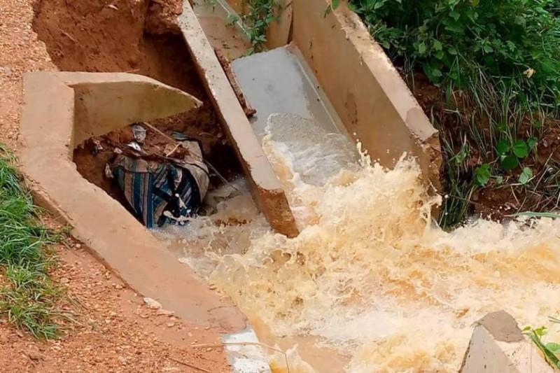 Les canaux d'évacuation des eaux usées ont cédé sous les pluies diluviennes. (Dr)