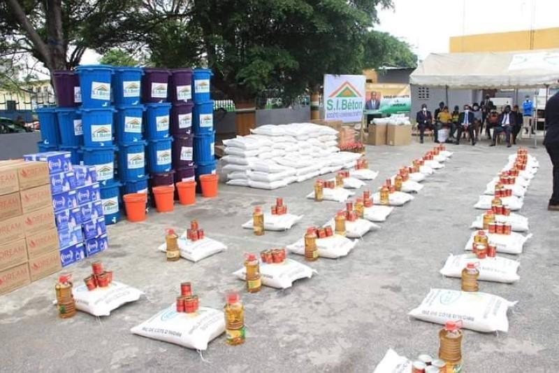 Une vue du don de vivres et non-vivres fait aux populations par l'entremise de la mairie d'Attécoubé. (DR)