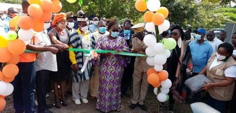 Anne Désirée Ouloto procède à l'inauguration dune école. (DR)
