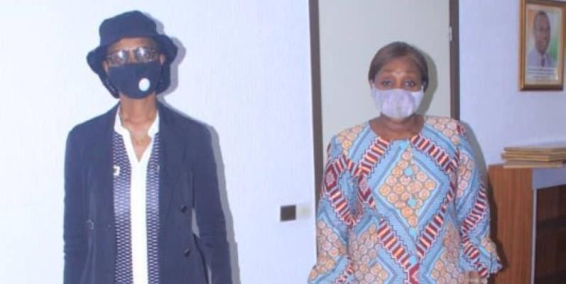 Belthilde Metoua Koffi, la veuve de l'artiste (à gauche) et la ministre Raymonde Goudou-Coffie après l'audience. (DR)