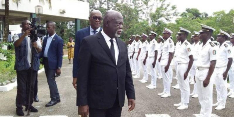 Le ministre des Affaires maritimes, Philippe Légré, passant en revue une unité  de la marine. (DR)